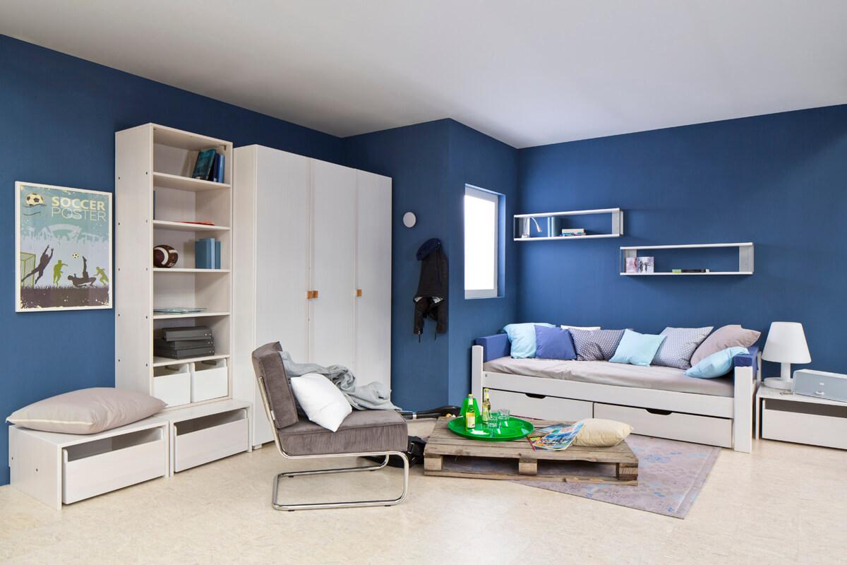 Jugendzimmer in weiss mit Möbel von de Breuyn
