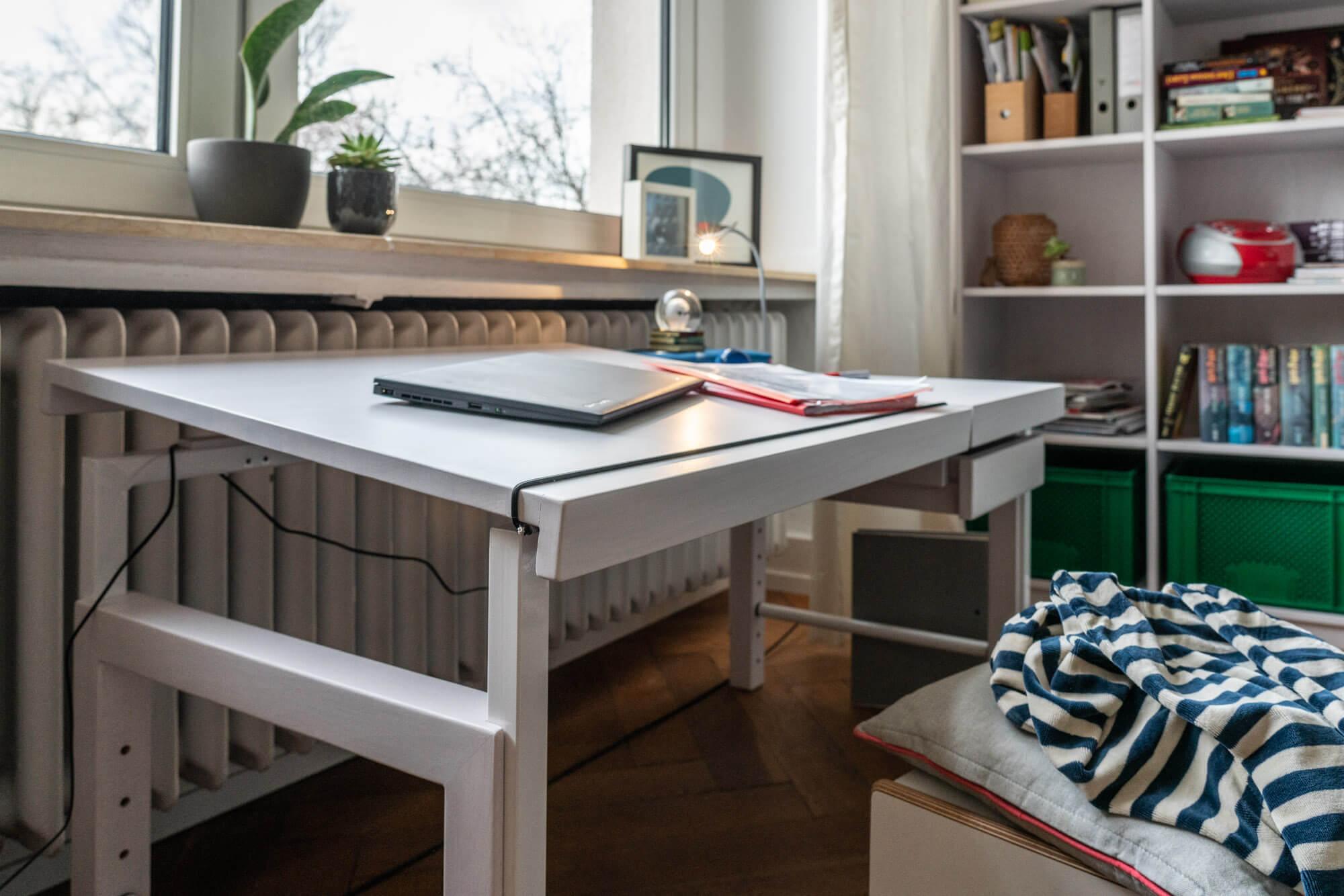 Schreibtisch ZIGGY in weiss mit Schrägstellung von de Breuyn