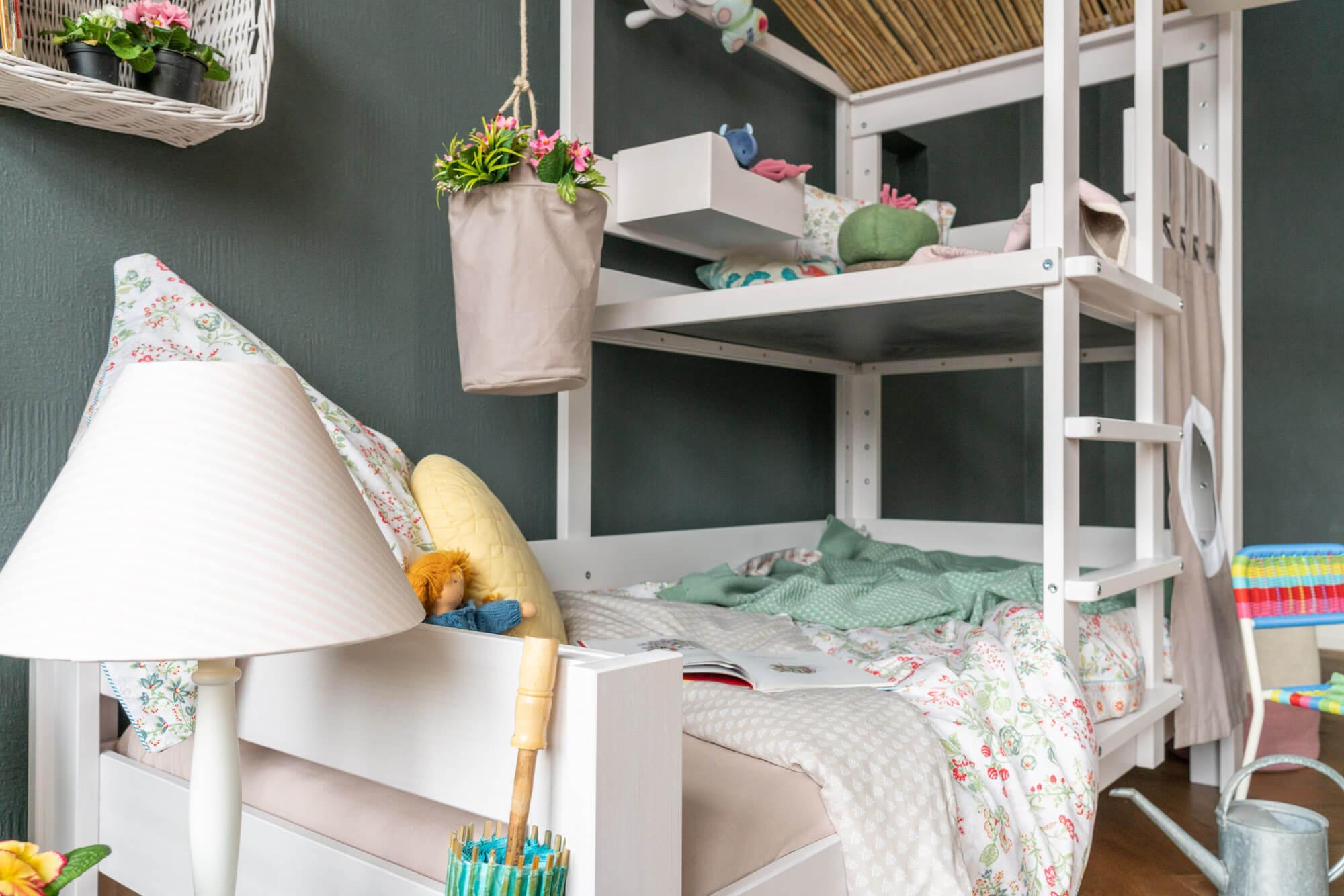 Brunos Baumhausbett in weiss mit Bambusdach von De Breuyn