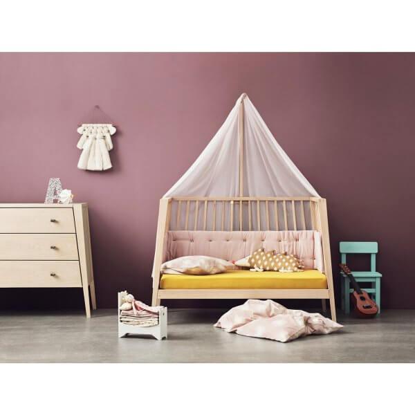 Leander Linea Babybett Ambiente als Sofa mit Himmel